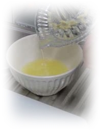 レモン2分の1個を絞って果汁を出す